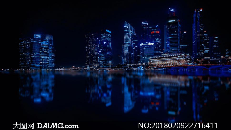 水边的城市建筑群夜景摄影高清图片