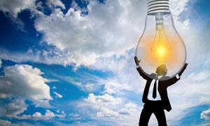 双手托举着灯泡的人物创意高清图片