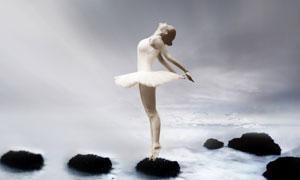 在水中岩石上的芭蕾舞美女高清图片
