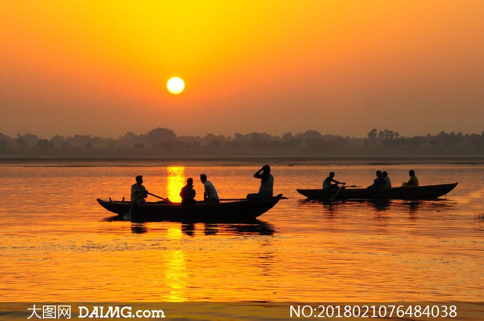 泛舟在湖上的游客人物剪影高清图片