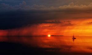 天空乌云与海上的帆船摄影高清图片