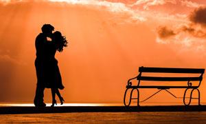 长椅与拥抱吻在一起的情侣高清图片