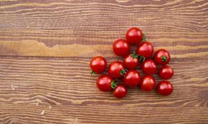 桌面上的红色番茄特写摄影高清图片