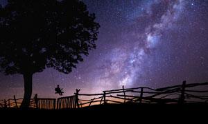 繁星夜空与荡秋千的人剪影高清图片