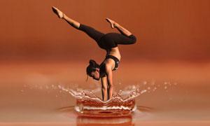 瑜伽人物与溅起的水花创意高清图片