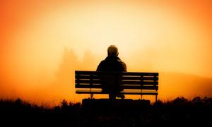 坐在长椅上的白发男子摄影高清图片