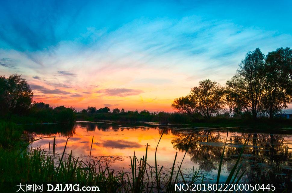 夕阳下的山水湖畔摄影图片