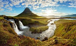 蓝天下的野外小溪流水摄影图片