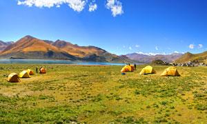 高原湖边搭起的帐篷摄影图片