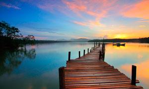 夕阳下湖边栈桥美景摄影图片