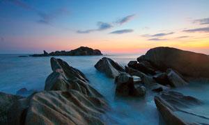 海上礁石黄昏美景摄影图片