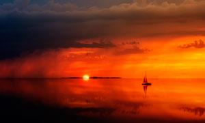 湖中小舟夕阳美景摄影图片