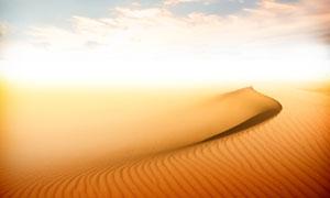 蓝天下美丽的沙漠景观摄影图片