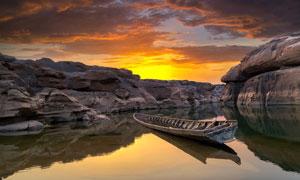 黄昏下河边停泊的小船摄影图片