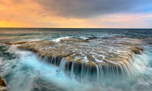 海浪冲击而成的瀑布景观摄影图片