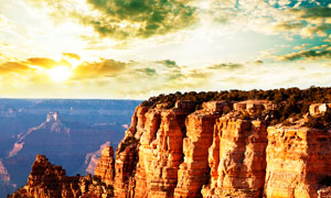 夕阳下的悬崖美景摄影图片