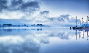 蓝色主题湖泊美景摄影图片