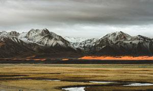 冷色风格雪山脚下景观摄影图片