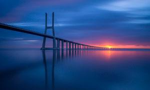 夕阳下的跨海大桥景观摄影图片
