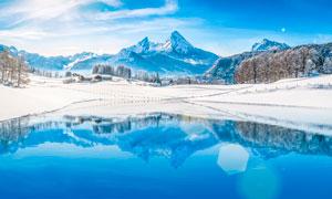 雪山顶美丽湖泊全景摄影图片