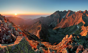 落日余晖下的山谷风光摄影高清图片