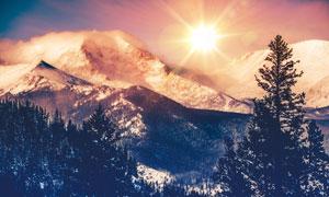 寒冷雪山自然风景逆光摄影高清图片