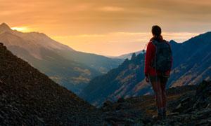 山顶上看着远处的人物摄影高清图片