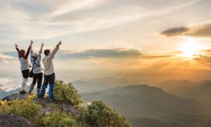 风光与登上山顶的人物摄影高清图片
