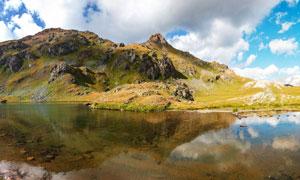 蓝天白云与湖边的山丘摄影高清图片
