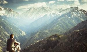 在山顶眺望群山的人物摄影高清图片