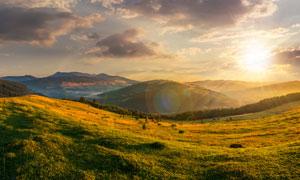 乌云与连绵的群山逆光摄影高清图片