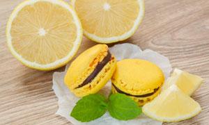 马卡龙饼干与切开的柠檬等高清图片