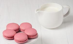 牛奶与粉红色的马卡龙饼干高清图片
