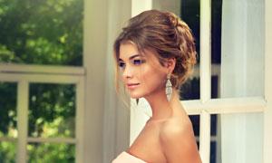 手拿着捧花的新娘婚纱摄影高清图片
