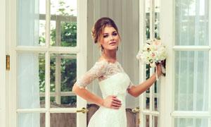 一只手扶着门框的新娘摄影高清图片