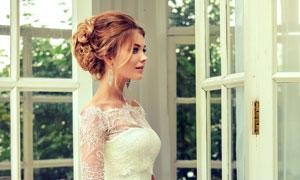 站在房门口的美女新娘摄影高清图片