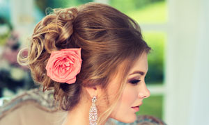 沙发上的盘发造型新娘摄影高清图片