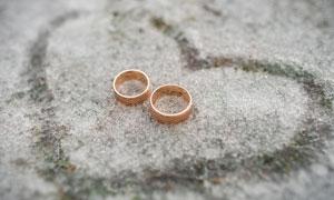 一对戒指与在雪地上的心形高清图片
