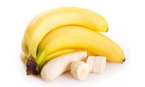 剥去皮切开的香蕉特写摄影高清图片