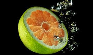 落入深水中的半个柚子摄影高清图片