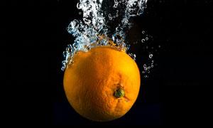 掉落到水中的橙子特写摄影高清图片