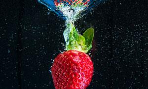 落入到水中的草莓特写摄影高清图片