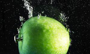 水中带着泡泡的青苹果摄影高清图片