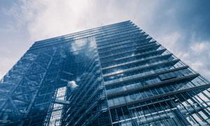 天空下的城市建筑仰拍视角高清图片