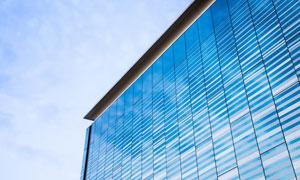 反射出蓝天白云的玻璃幕墙高清图片