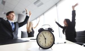 闹钟与欢呼的商务人物摄影高清图片