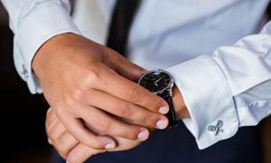 正在看手表的商务人物特写高清图片