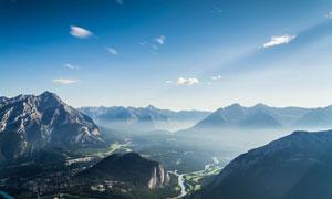 雾气缭绕中的群山风光摄影高清图片