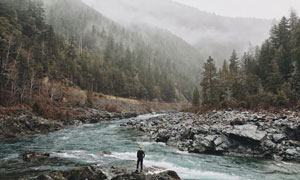 山间树林溪流自然风光摄影高清图片