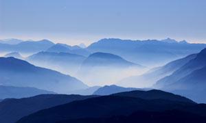 雾蒙蒙的山峦自然风光摄影高清图片
